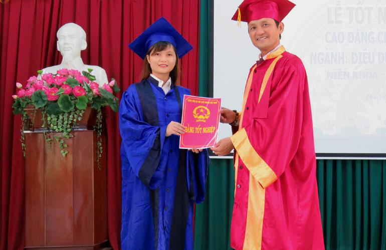 BSCKII Bùi Trần Ngọc, Hiệu trưởng Trường cao đẳng Y tế Phú Yên trao bằng tốt nghiệp cho sinh viên - Ảnh: THÚY HẰNG