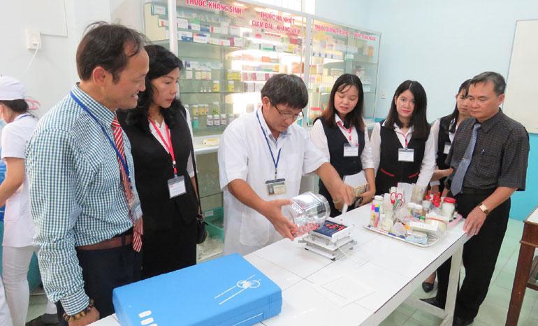 Giáo viên Trường cao đẳng Y tế Phú Yên thao tác làm thuốc viên nang trước sự chứng kiến của lãnh đọa, giáo viên hai trường